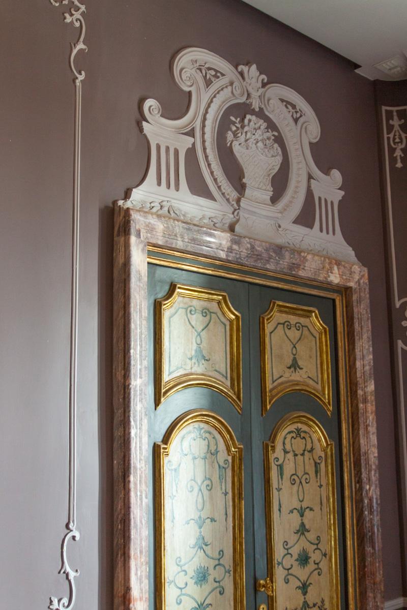 Applique in gesso cornici e rosoni classici per questa villa - Cornice per porte interne ...