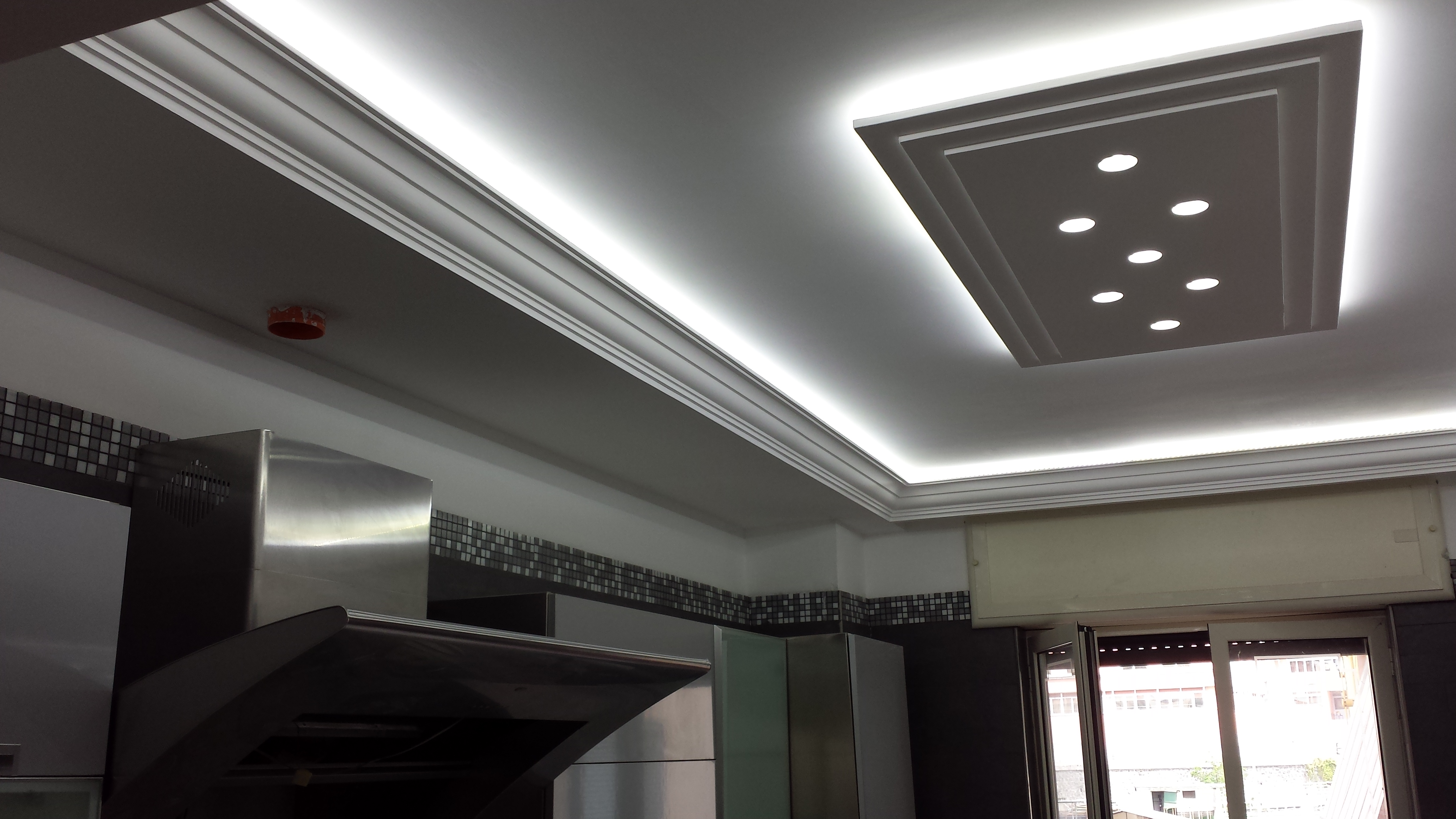 Esempi di diffusori luce in gesso stucchi sorrentino for Led controsoffitto